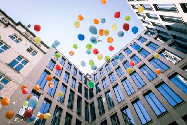 Luftballons steigen im Innenhof des BMFSFJ gen Himmel.