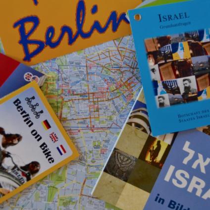 Zeitschriften und Flyer auf einem Tisch. Thema: Israel und Berlin.