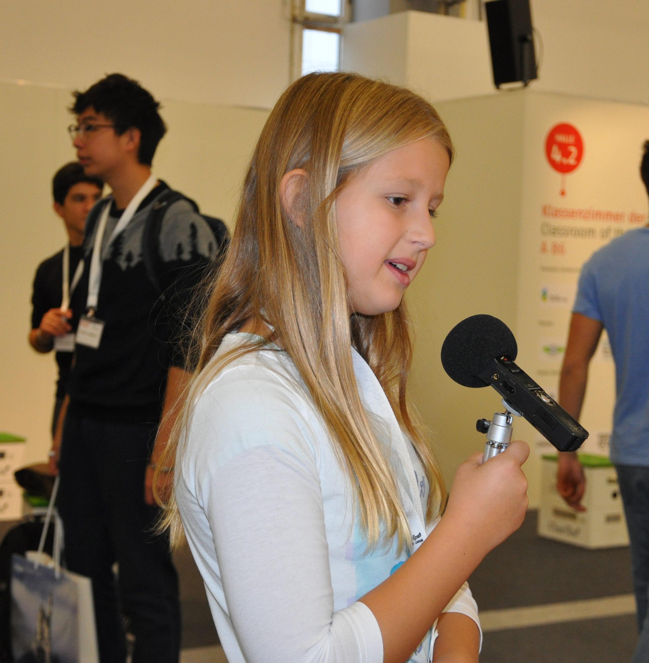 Pia interviewt die verschiedenen Stationen im Klassenzimmer