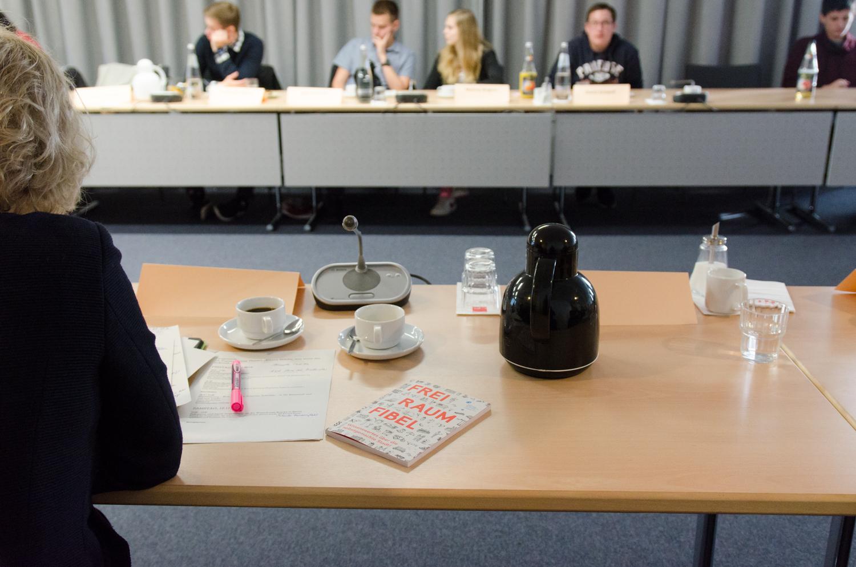 """Der Staatssekretär hat seine """"FreiRaumFibel"""" vergessen.. Foto: Jonas Walzberg"""