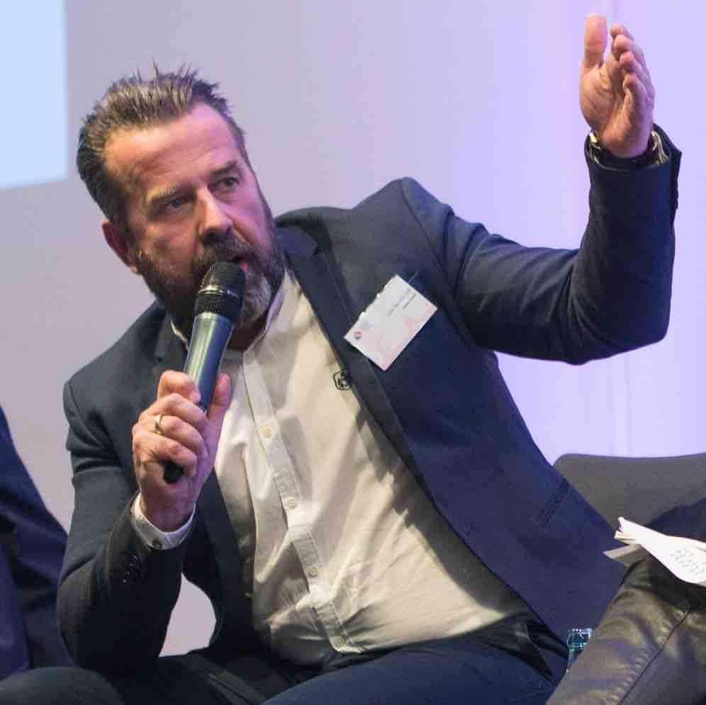 Dirk Benninghoff redet bei einer Podiumsdiskussion auf den Jugendmedientagen 2016: Foto: Jonas Walzberg