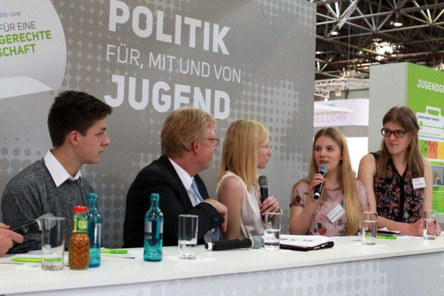 Dr. Rolf Kleindiek vom Familienministerium spricht mit vier Jugendlichen über Jugend in der Politik
