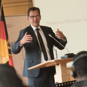 Bindesminister Gerd Müller spricht vor den Teilnehmenden des Rural Future Labs