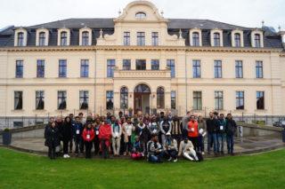 Die internationale Gruppe auf Schloss Ribbeck Foto: Marek Walde