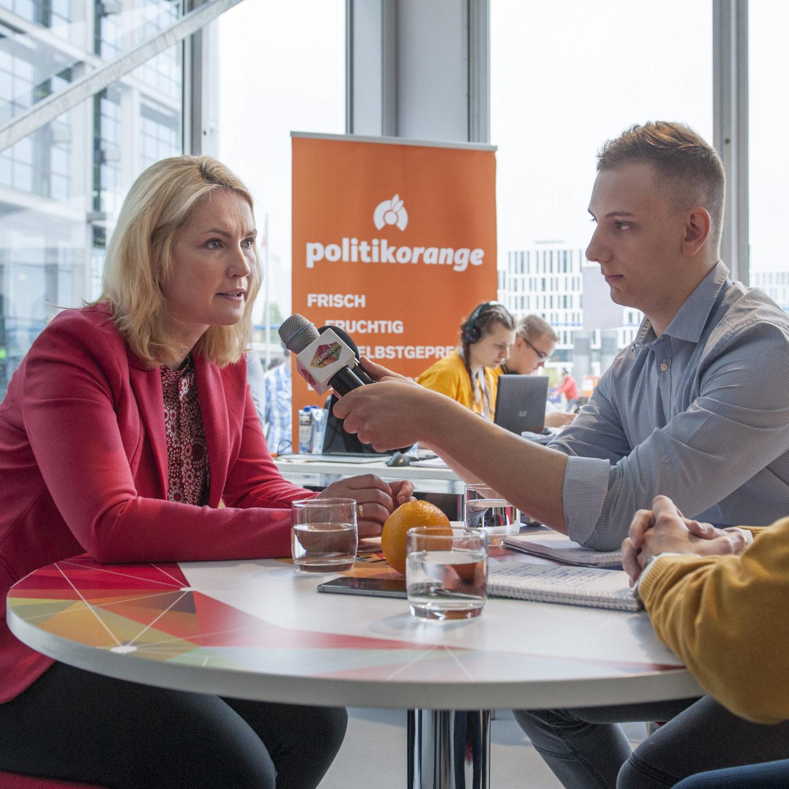 Manuela Schwesig stellt sich den Fragen von politikorange-Autor Alexander (rechts).