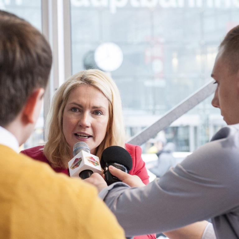 Ministerin Schwesig stellt sich den Fragen der politikorange-Redakteure. Foto: Lucas Bäuml