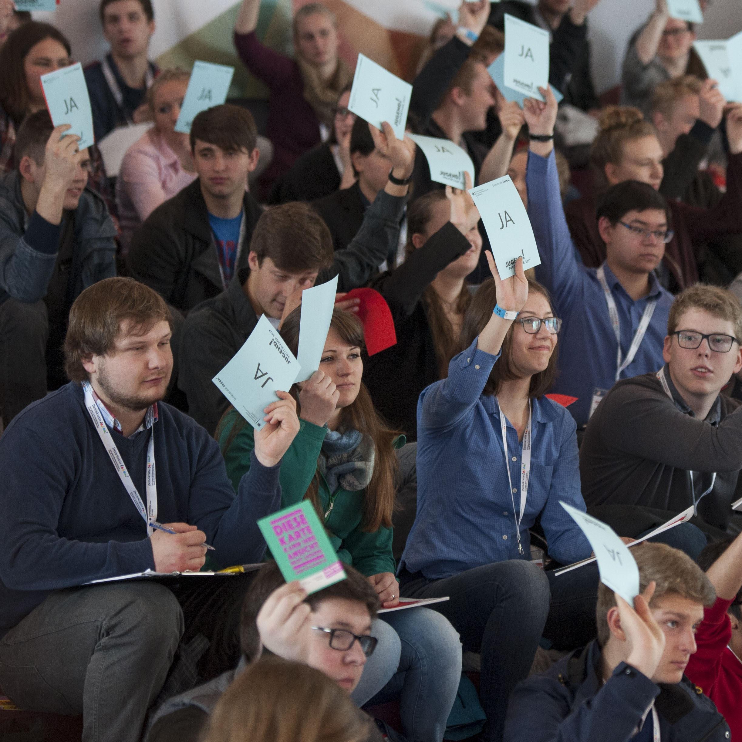 Hier wird Demokratie sichtbar: Beim Abstimmen. Foto: Lucas Bäuml
