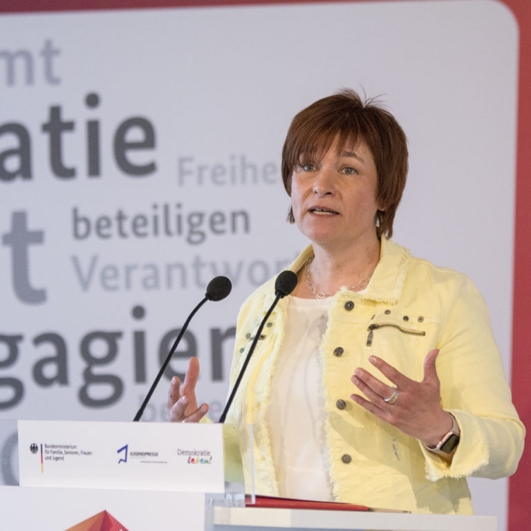 Die parlamentarische Staatssekretärin Caren Marks des Bundesjugendministeriums erklärt den Teilnehmern auf der Abschlussveranstaltung ihren Standpunkt.