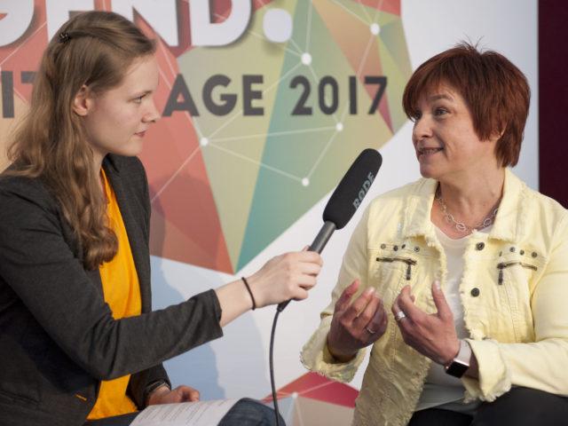 politikorange-Redakteurin Julia Barthel (links) entlockt der parlamentarischen Staatssekretärin Caren Marks (SPD) Antworten. Foto: Lucas Bäuml