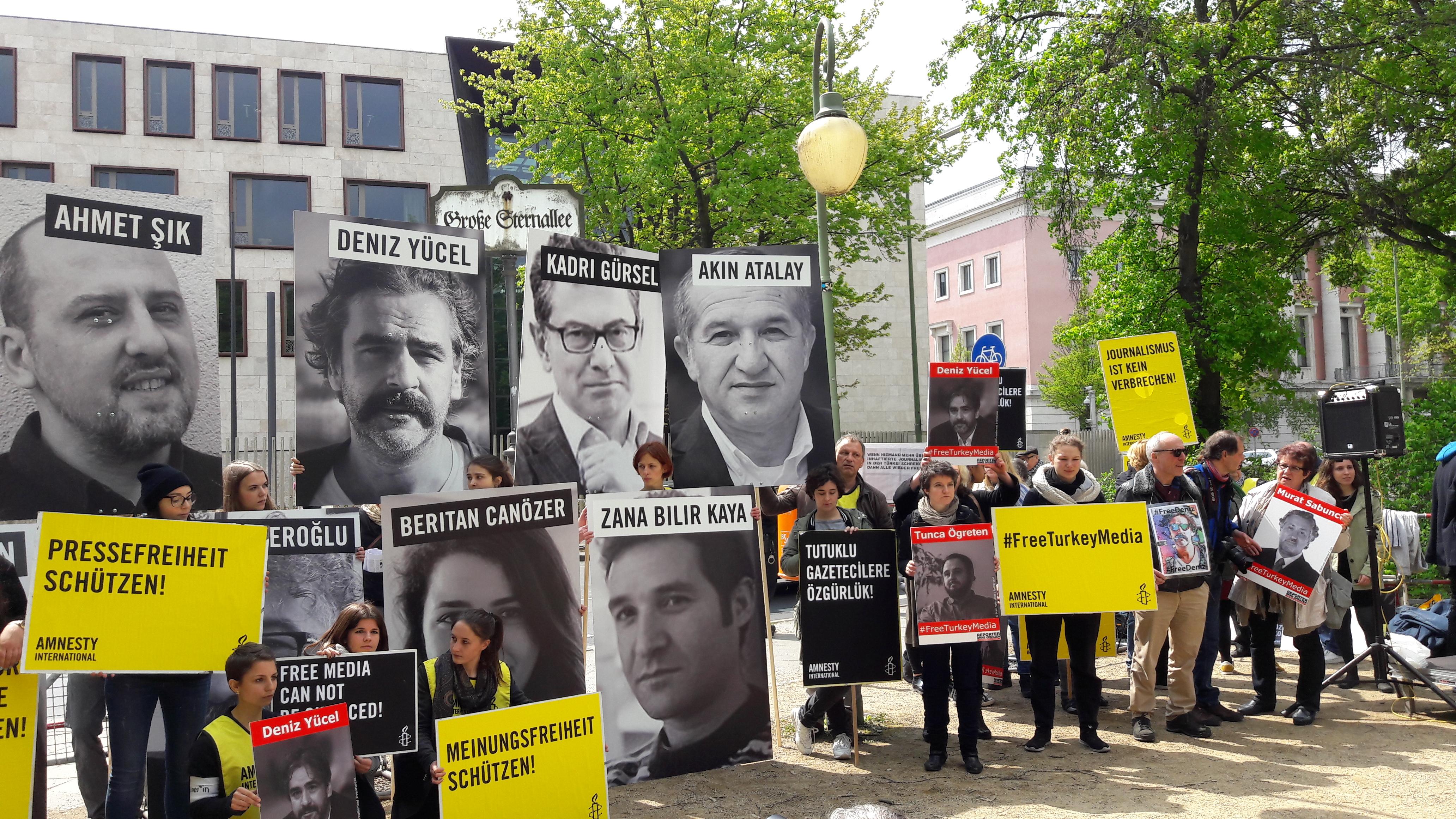 Demonstrierende vor der türkischen Botschaft. Foto: Christina Braun