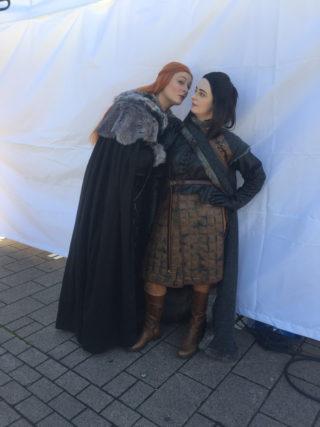 Lisa und Jessica stellen ihre Lieblingscharaktere der Serie Game of Thrones nach.