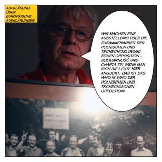 """Aufklärung über europäische Aufklärungen. Schönfelder hält ein Gruppenfoto hoch und sagt: """"Wir machen eine Ausstellung über die Zusammenarbeit der polnischen und tschechoslowakischen Opposition – Solidarność und Charta 77! Wenn man sich die Leute auf dem Foto anguckt: Das ist das Who-is-who der polnischen und tschechischen Opposition."""""""