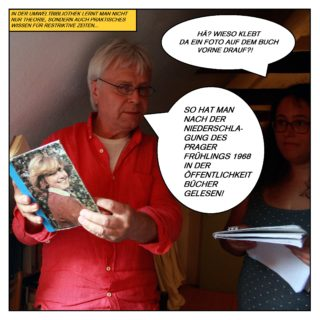 """In der Umweltbibliothek lernt man nicht nur Theorie, sondern auch praktisches Wissen für restriktive Zeiten. Schönfelder hält ein Buch hoch, dessen Frontcover mit dem Foto einer jungen Frau überklebt wurde. Die Redakteurin Lea fragt: """"Hä? Wieso klebt da ein Foto auf dem Buch vorne drauf?"""". Schönfelder antwortet: """"So hat man nach der Niederschlagung des Prager Frühlings 1968 in der Öffentlichkeit Bücher gelesen!"""""""