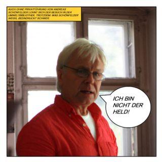 """Auch ohne Privatführung von Andreas Schönfelder lohnt sich der Besuch in der Umweltbibliothek. Trotzdem: Was Schönfelder weiß, beeindruckt schwer. Schönfelder, zentral vor einem Kreuzstockfenster stehend, kommentiert: """"Ich bin nicht der Held!"""""""