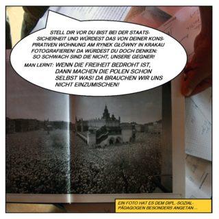 """Ein Foto hat es dem Diplom-Sozialpädagogen besonders angetan. Aus einem polnischen Buch blättert er es hervor. Dort stehen tausende oder zehntausende Menschen auf dem Platz vor einer Kirche versammelt. Schönfelder kommentiert: """"Stell dir vor, du bist bei der Staatssicherheit und würdest das von deiner konspirativen Wohnung am Rynek Główny in Krakau fotografieren! Da würdest du doch denken: So schwach sind die nicht, unsere Gegner! Man lernt: Wenn die Freiheit bedroht ist, dann machen die Polen schon selbst was! Da brauchen wir uns nicht einzumischen!"""""""