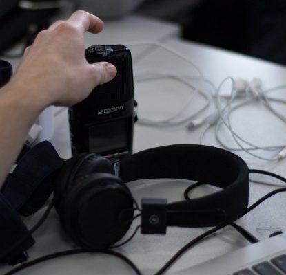 Aufnahmegerät und Kopfhörer braucht man für die Erstellung eines Podcasts.