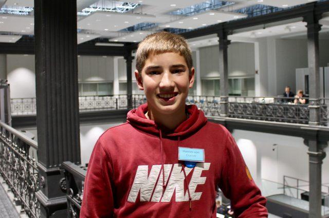 Junger Mann lächelt in Kamera