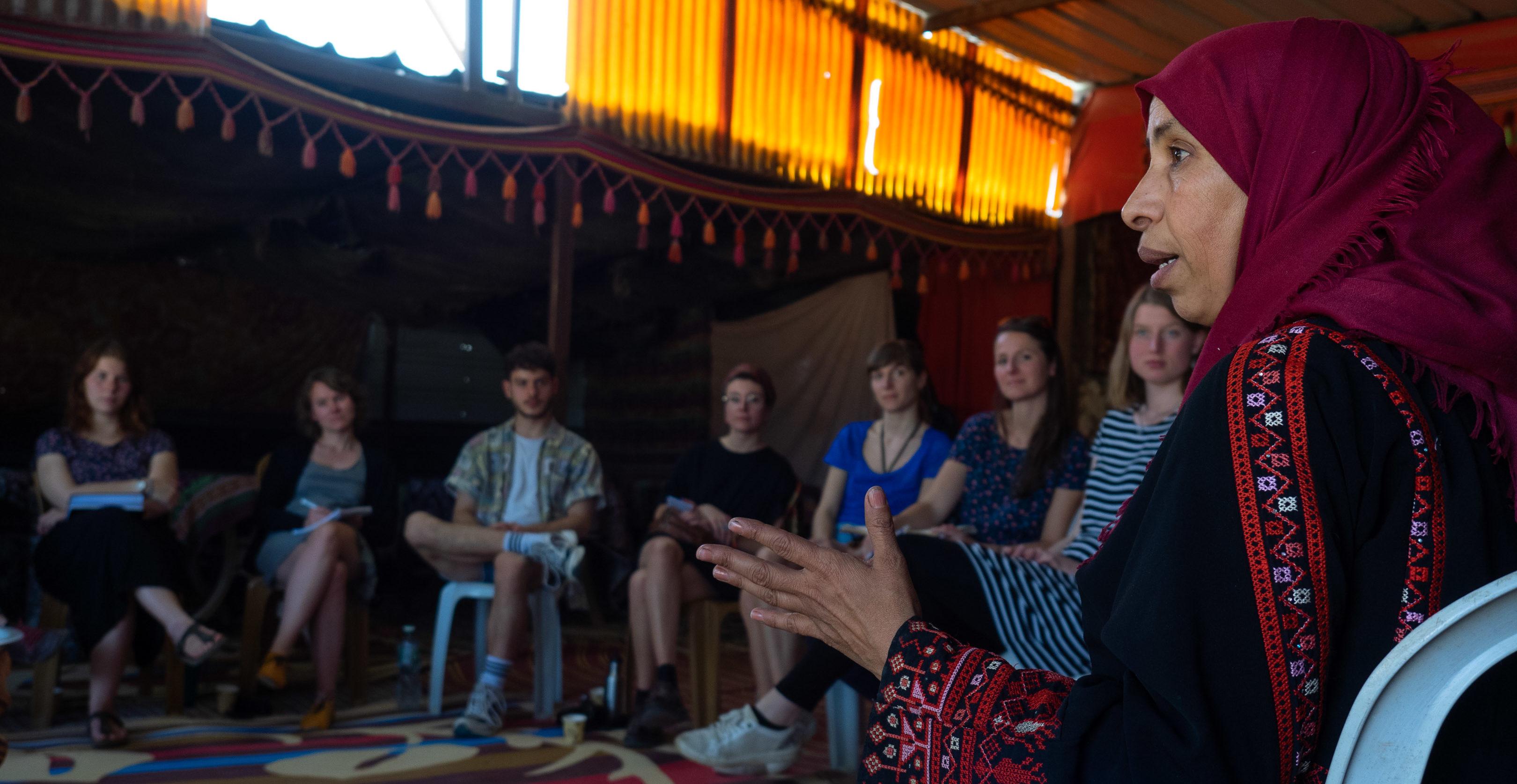 Suheila erzählt den Teilnehmenden aus ihrem Leben