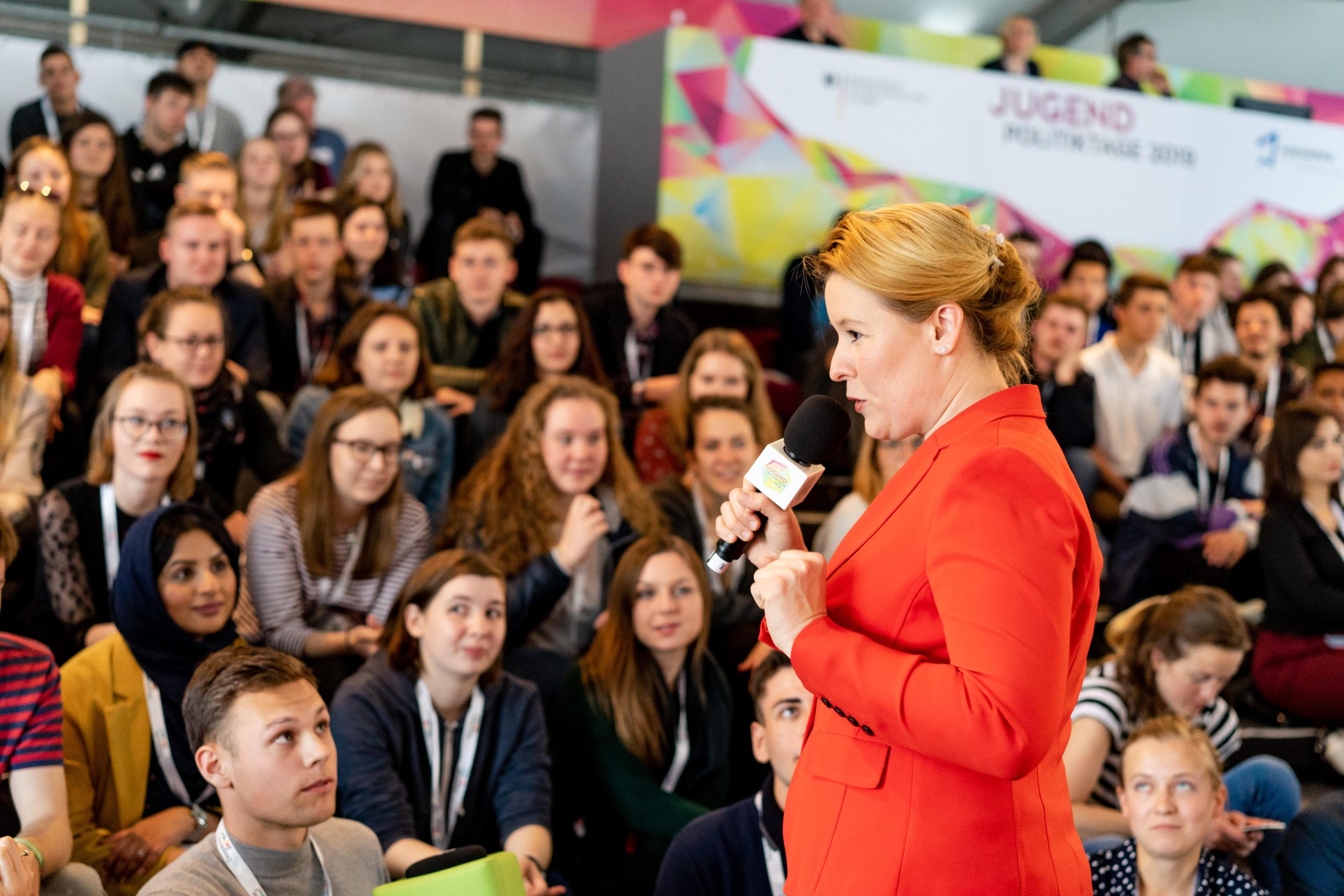 Franziska Giffey tauscht sich mit den Teilnehmenden der Jugendpolitiktage 2019 aus.